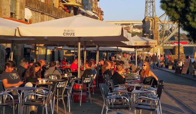 mesas nas esplanadas da Ribeira do Porto