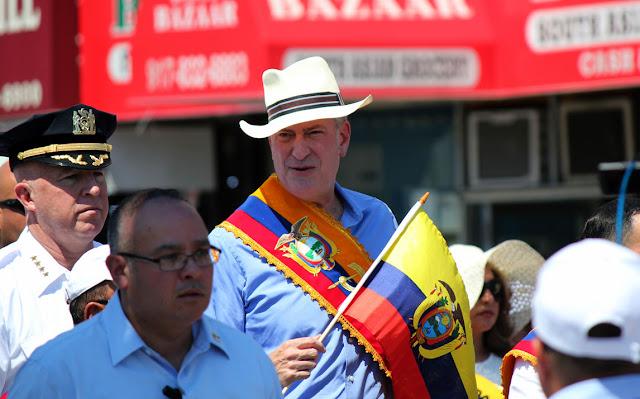 Bill de Blasio es el 109no Alcalde de Ciudad de Nueva York en el desfile ecuatoriano de Queens NY