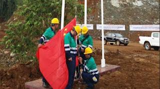 bendera China yang berkibar di Pulau Obi
