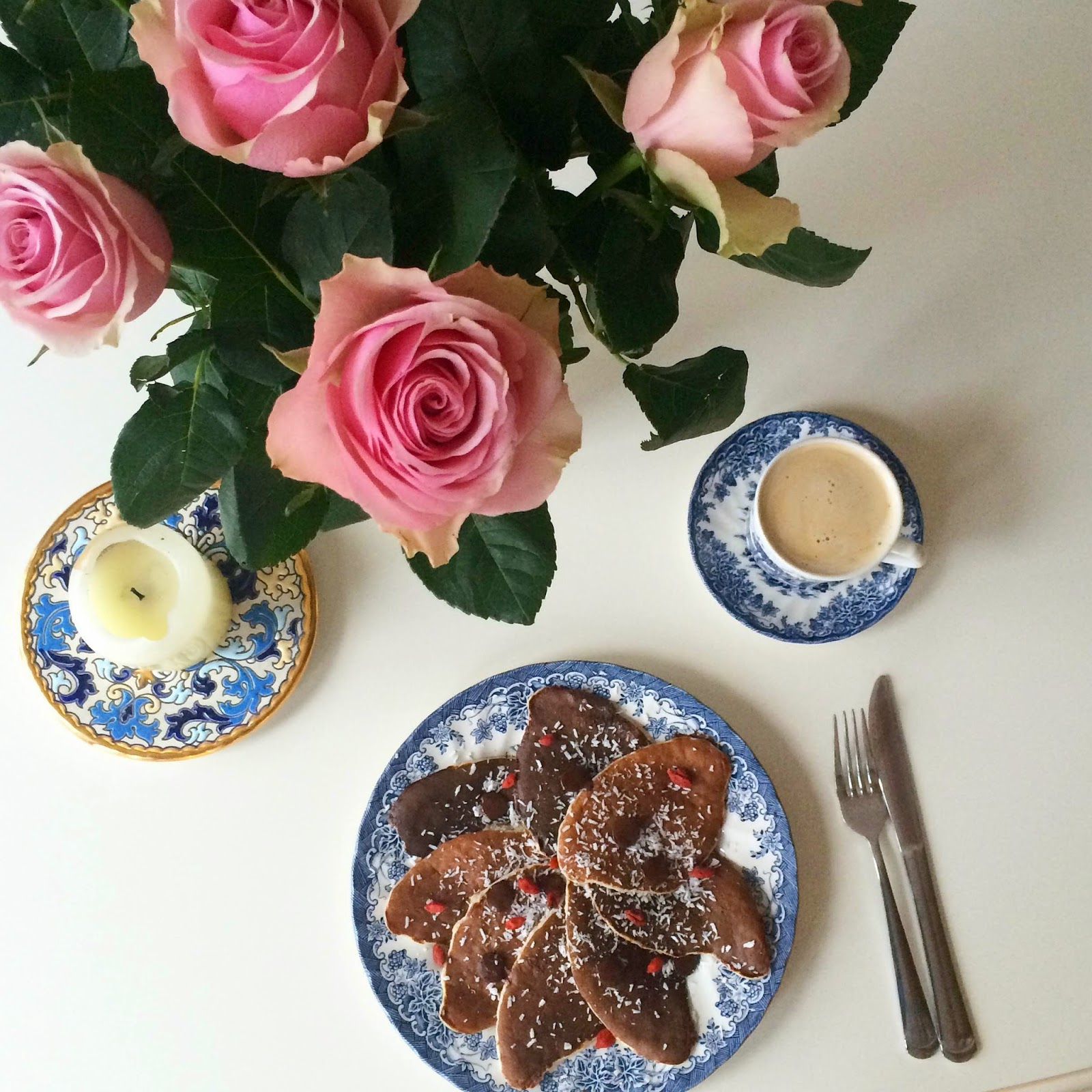 healthy-breakfast-banana-pancakes-pink-roses