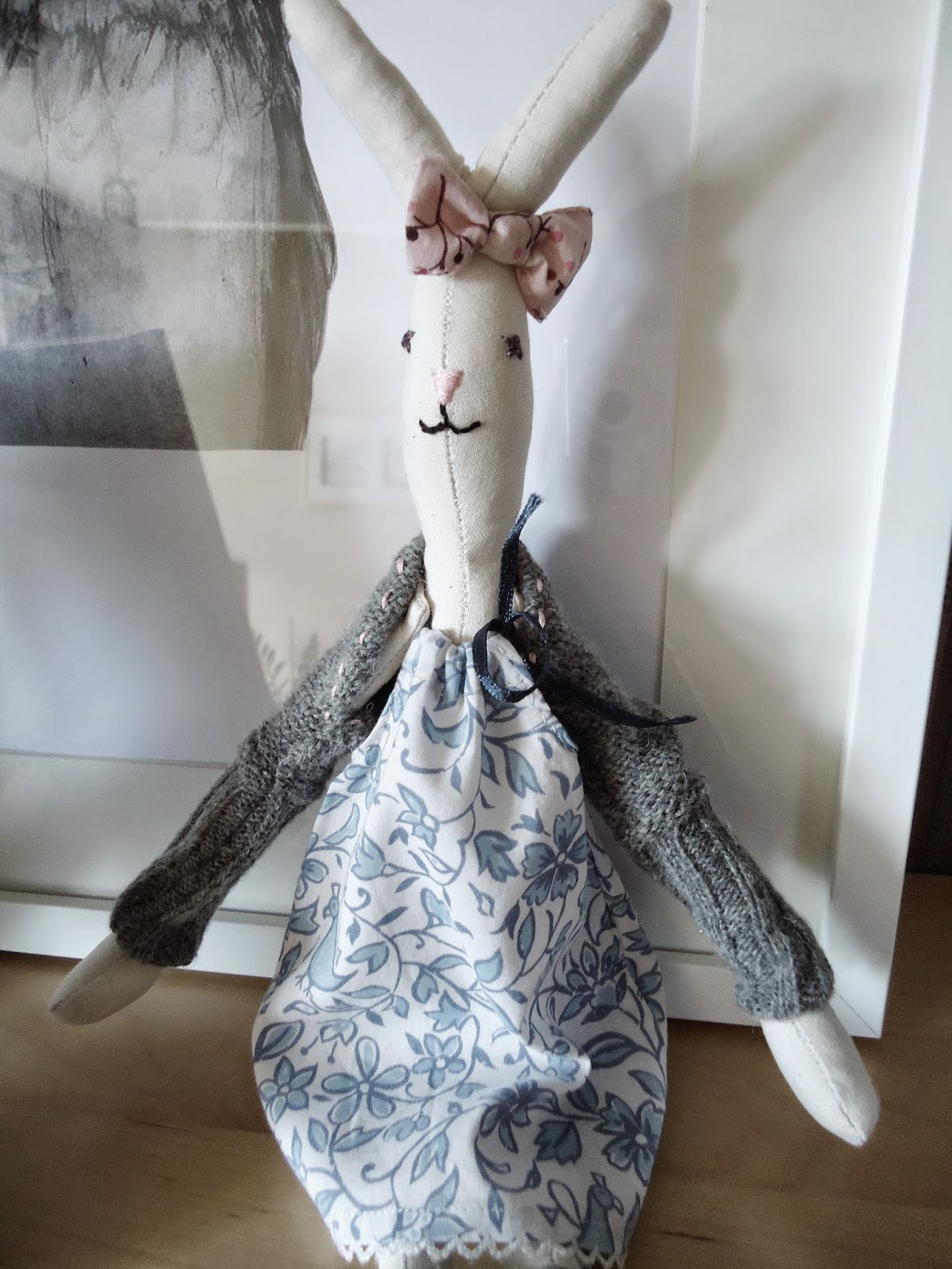 kroliczka z kokardą, króliczka w szarym sweterku