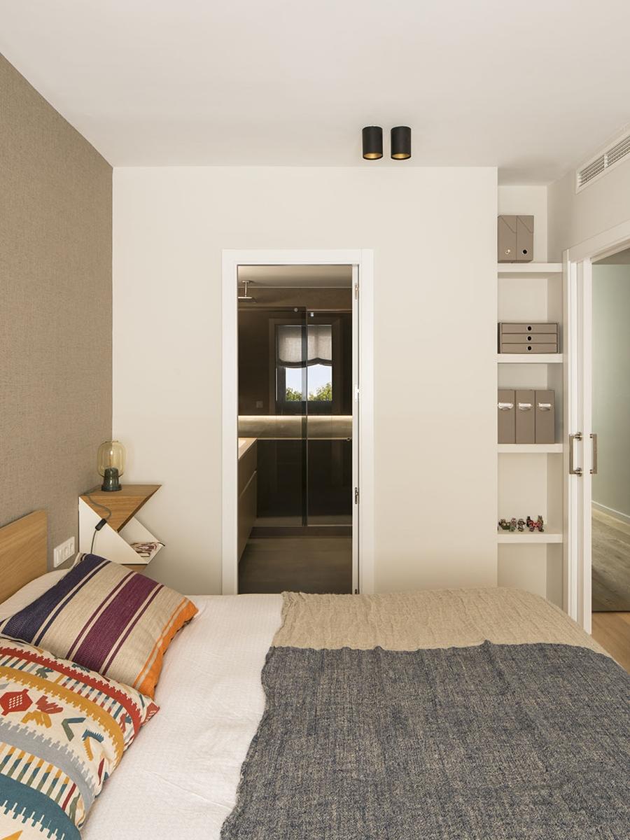 Drewno i kolory w pięknym mieszkaniu w Barcelonie, wystrój wnętrz, wnętrza, urządzanie mieszkania, dom, home decor, dekoracje, aranżacje, szarości, szary, grey, pudrowy róż, otwarta przestrzeń, drewno, sypialnia, bedroom