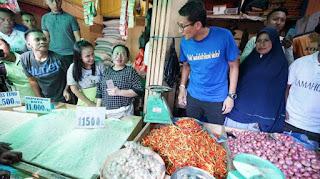 Calon wakil presiden nomor urut 02 Sandiaga Uno mengunjungi Pasar Bersehati Manado, Sulawesi Utara, Selasa (6/11/2018)
