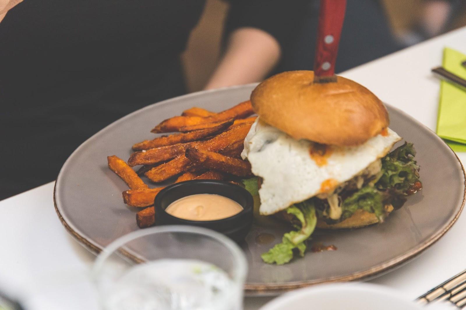 Bowlerin herkulliset burgerannokset ansaitsevat bloggaajien suositukset!