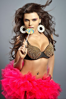 sherlyn-chopra-cleavage-in-pointed-bra-eating-candy