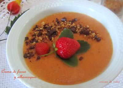 Crema de albaricoques y fresas con almendras crujientes y chocolate