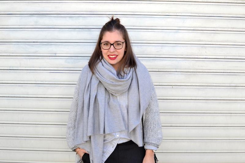 gilet en laine Pretty Wire, chemise grise Uniqlo, écharpe Zara