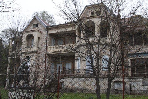Η Süddeutsche Zeitung γράφει για τον άνδρα που θέλει να διασώσει «το παλάτι που κοιμάται», το Τατόι
