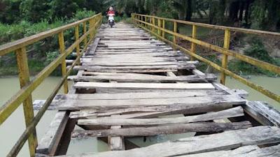 Melalui Facebook, Sigit Keluhkan Kondisi Jembatan Penghubung di Raman Utara