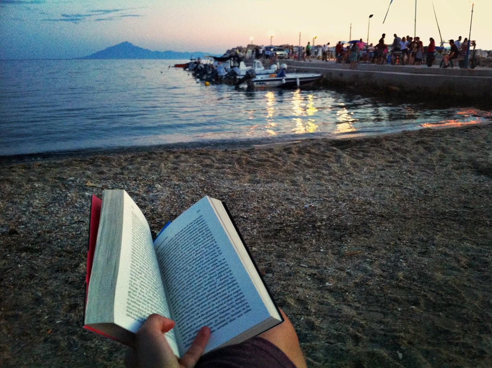 Lectură la malul mării