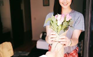 Hal Aneh yang Dilakukan Wanita Saat Jatuh Cinta