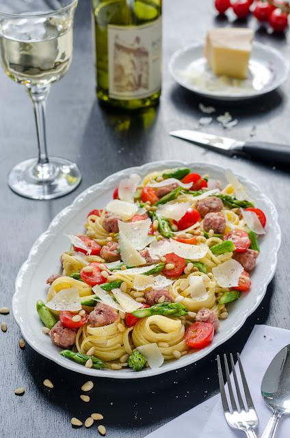 Spargelpasta mit Salsiccia, Kirschtomaten, Parmesan und Pinienkernen