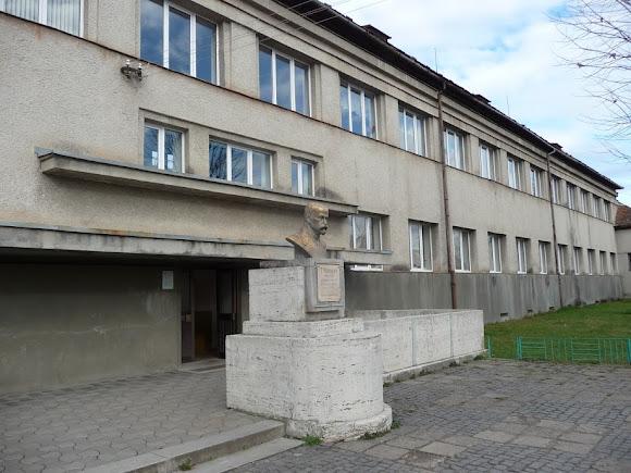 Свалява. Школа № 1. Памятник Томашу Масарику – основателю школы, президенту Чехословакии
