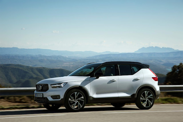 Front 3/4 view of 2019 Volvo XC40