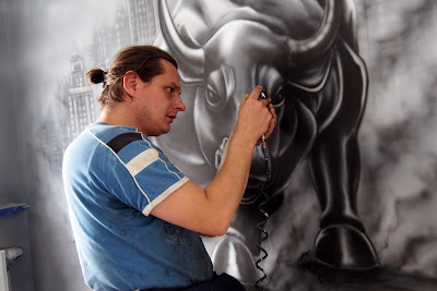 malowanie byka, mural w biurze, aranżacja biura poprzez malowanie graffiti na ścianie
