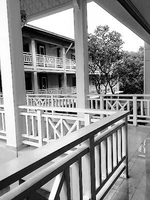 foto hitam putih lorong hotel sheraton bandung