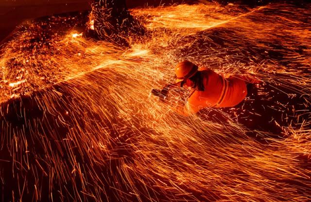 California: Fotografo sfida Camp Fire, l'incendio più devastante della storia