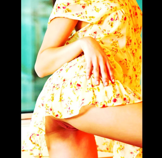 Эротика попки 18+ Попка этой красивой малышки на www.eroticaxxx.ru очень ждёт наказания (Эро фотографии)