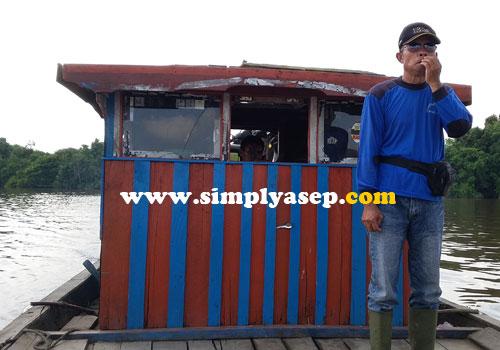 SANTAI : Santai.  Nakoda boat yang kami tumpangi untuk menuju jalur darat. Foto Asep Haryono