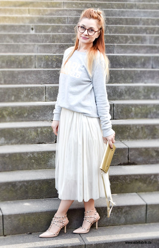 Hellgrauer Sweater mit Print in Rosegold, Studded Heels