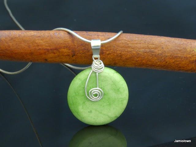 srebrna zawieszka z talarkiem zielonego howlitu