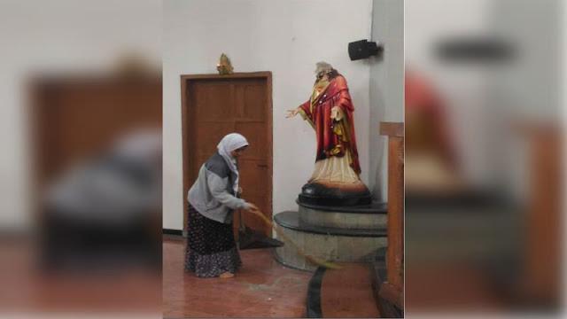 Kisah Perempuan Berhijab Bersihkan Puing Patung Yesus di Gereja Bedog