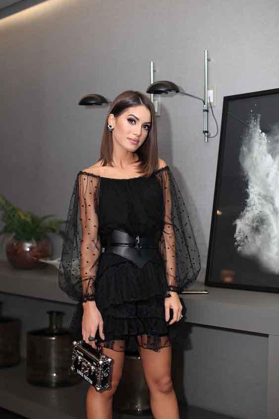 Camila coelho vestindo vestido preto com mangas de tule