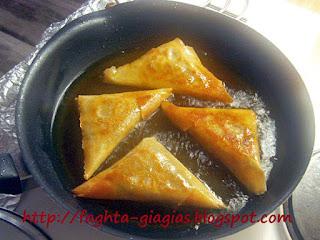 Κοτοπιτάκια τρίγωνα με πιπεριές και φέτα - από «Τα φαγητά της γιαγιάς»