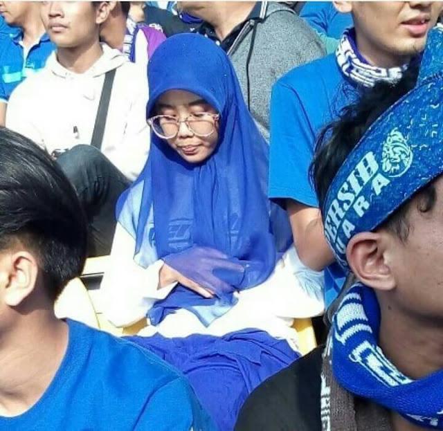 Aksi Mojang Pendukung Persib Bandung Melakukan Sholat Di Bangku Stadion Jadi Viral