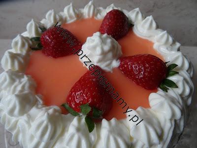Tort bez pieczenia z musem truskawkowym
