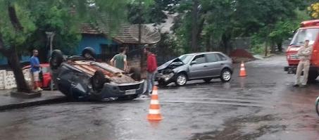 Ivaiporã: Carro capota no perímetro urbano após batida