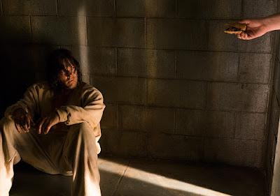 Daryl in cella riceve del cibo