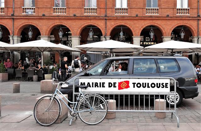 Street Scene Toulouse le pen merkel Macron