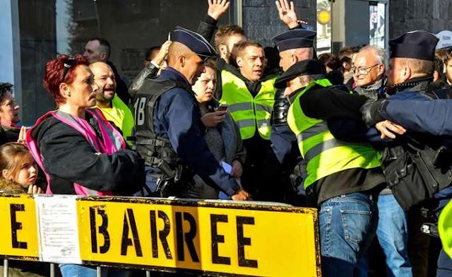 """Γαλλία: Η κυβέρνηση απευθύνει έκκληση προς τα """"κίτρινα γιλέκα"""" για επικράτηση της λογικής"""