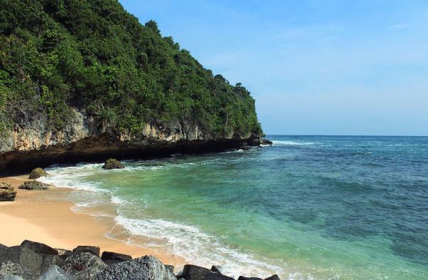 Air laut Pantai Indrayanti Gunungkidul yang jernih