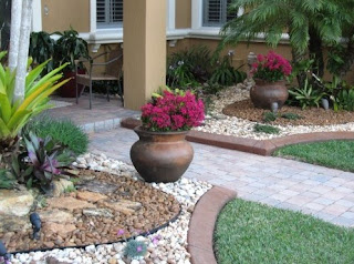 Design front garden with gravel natural