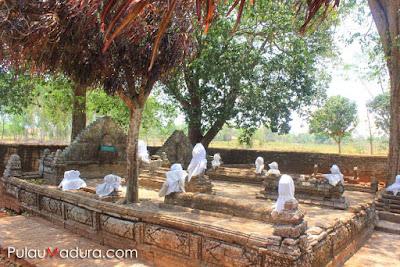 Kompleks Makam Raja Pragalbo di Makam Agung Arosbaya