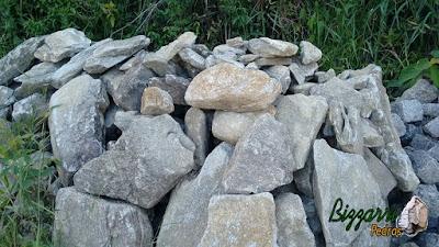 Pedra para calçamento do tipo pedra moledo com espessura de 15 cm a 20 cm.