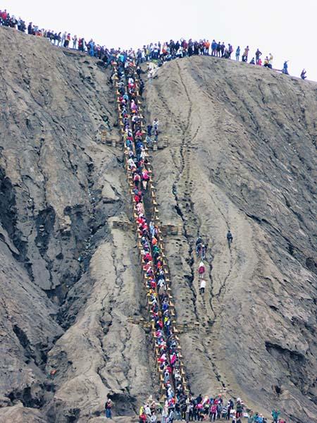 Antrean Wisatawan ke Kawah Bromo