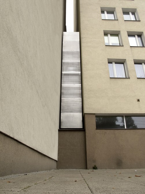 Picture of the world's thinnest house between two walls as seen from the sidewalk