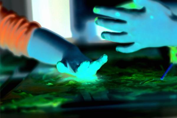 Help kids stay cool with this easy to make glowing ice chalk recipe! #icechalk #chalkpaint #frozenchalk #glowinthedarkpaint #growingajeweledrose #activitiesforkids