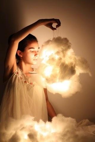 lampara de algodon  la tiene una niña