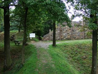 Reste des Keltenwalls und rekonstruierte keltische Pfostenschlitzmauer