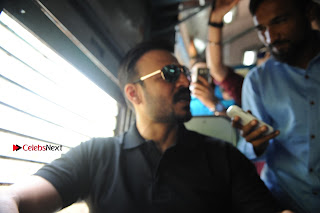Bollywood Actor Vivek Oberoi Snapped Travelling by Local Train to Kelve  0010.JPG