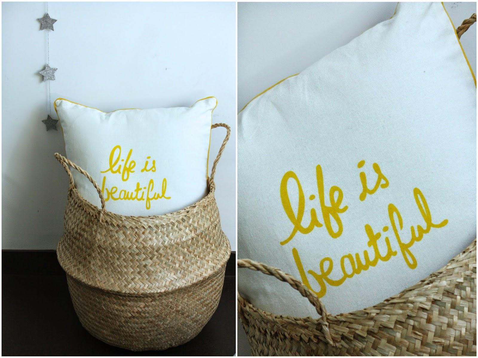 un nouveau regard des coussins d co avec des citations sympas. Black Bedroom Furniture Sets. Home Design Ideas