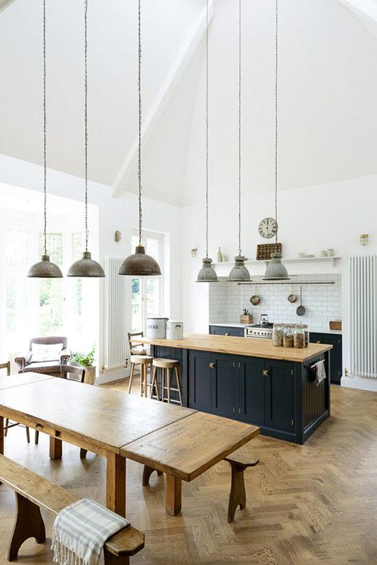 Trang trí phòng bếp kết hợp phong cách công nghiệp và rustic với rất nhiều đồ gỗ màu ấm và những chiếc đèn treo.