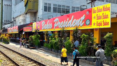 Lokasi Bakso President berada di pinggir rel kereta api jalur antara Malang-Surabaya