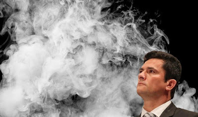 Moro cercado de fumaça
