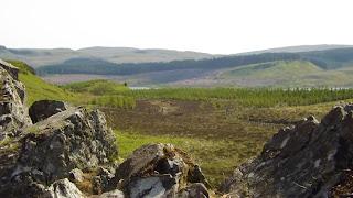 A skót táj sziklákkal, erdővel és hegyekkel