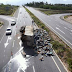 Carreta que transportava lixo tomba sob o viaduto da rodovia BR-406